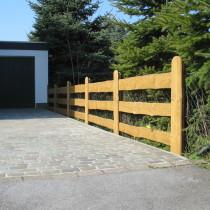 Schöner Holzbohlen Zaun